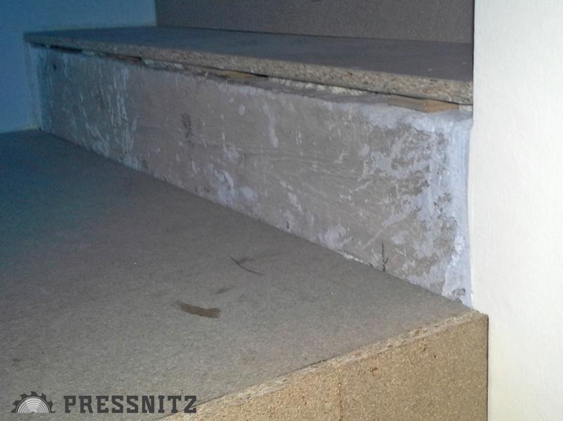 Ansicht der Stufen während der Montage: Detail Montage Verlegeplatten; vor der Verkleidung der Stufen mit der Landhausdiele