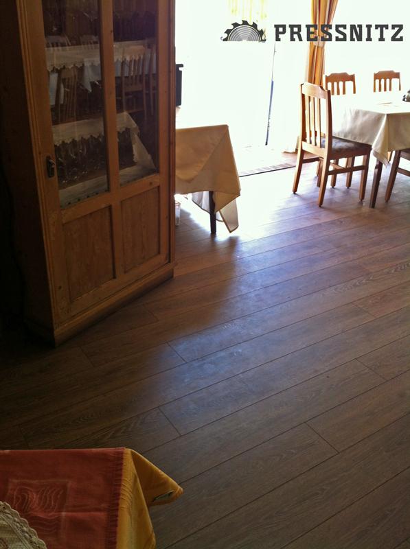 Ansicht des Laminats Eiche Chalet im Gastraum mit Möbel
