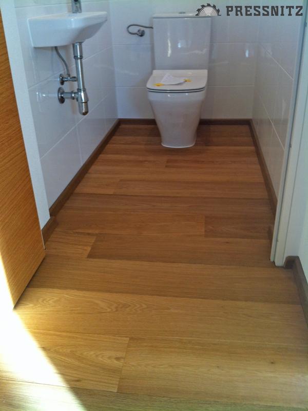 Ansicht der Landhausdiele Eiche medium geräuchert in der Toilette